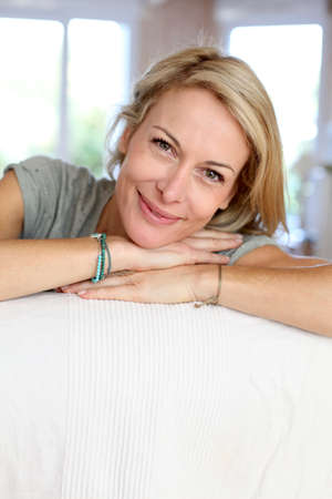 mujeres maduras: Hermosa mujer rubia madura se relaja en el sof?