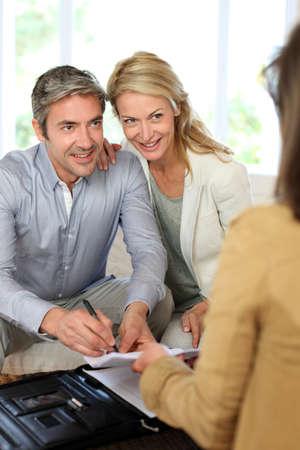 gl�cklicher kunde: Paar Treffen Berater zu Hause