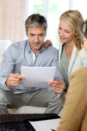 Echtpaar vergadering adviseur thuis Stockfoto