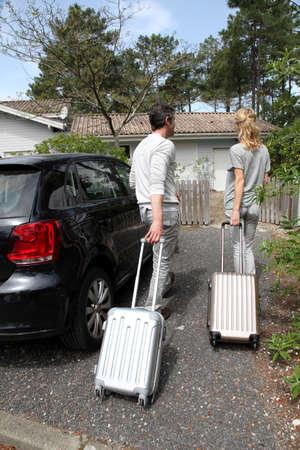Älteres Paar nach Hause kommt von der Reise