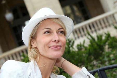 mujer sola: Retrato de hermoso sombrero mujer de mediana edad que llevaba