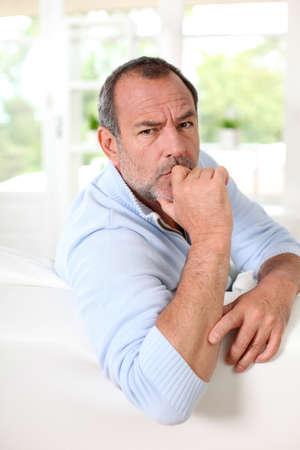 interrogativa: Retrato de hombre mayor con una expresi�n interrogativa en su rostro Foto de archivo
