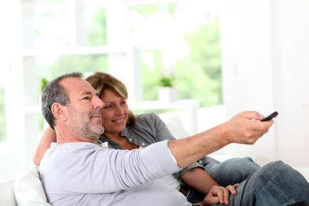 viewing: Anziano, coppia, guardare la televisione in casa