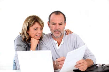 oud document: Senior paar thuis te verklaren-inkomsten op internet