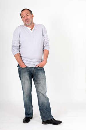 interrogativa: Senior hombre de pie sobre fondo blanco con la mirada haciendo caso omiso de
