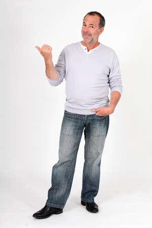 Senior man staande op een witte achtergrond en wijst naar bericht