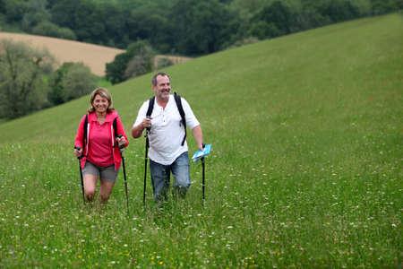 bonne aventure: Randonnée dans la campagne couple de personnes âgées