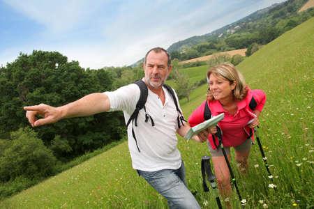 bonne aventure: Les retraités de lecture carte le jour de la randonnée
