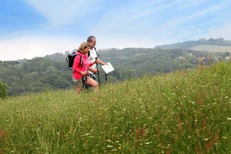 bonne aventure: Randonnée couple de personnes âgées dans le paysage naturel Banque d'images