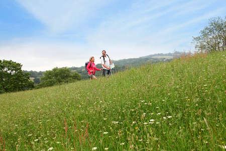 bonne aventure: Senior couple randonnées dans la campagne