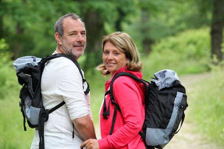bonne aventure: Portrait de randonneurs de sourire dans la voie des forêts Banque d'images