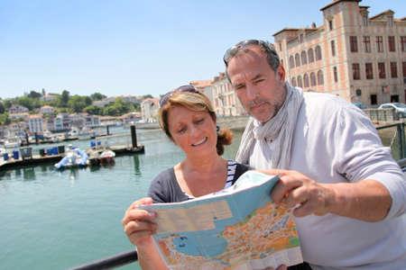 tourist vacation: Anziano, coppia, nella zona turistica guardando la mappa Archivio Fotografico