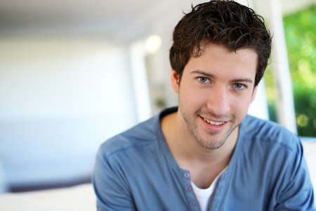 jeune mec: Portrait de jeune homme gai avec des yeux bleus