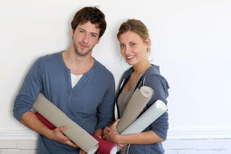 reforming: Retrato de una pareja joven con fondos de escritorio de rollos