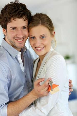 home key: Primer plano de felices nuevos propietarios