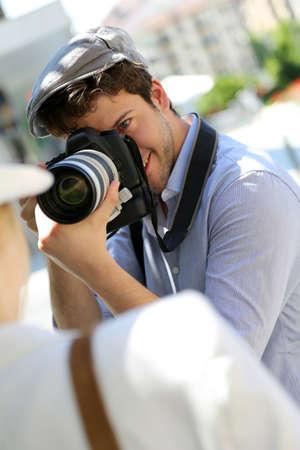 amateur: El fotógrafo tomando imágenes de la modelo de la mujer Foto de archivo