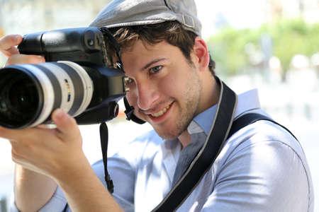 amateur: Retrato de joven con la cámara del fotógrafo Foto de archivo