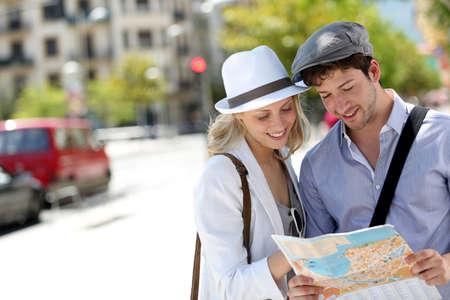 Trendy jonge paar in de stad met toeristische kaart