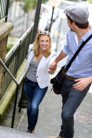 climbing stairs: Giovane coppia romantica salire le scale in citt� Archivio Fotografico