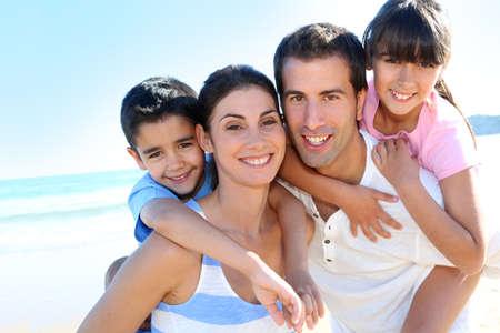 Primer plano de familia feliz en la playa Foto de archivo