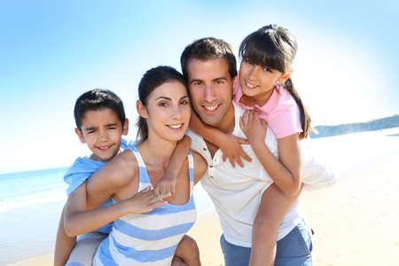 가족: 해변에서 행복 한 가족의 근접 촬영