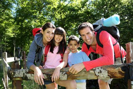 두서없는: 울타리를 따라 쉬고 하이킹 날에 가족
