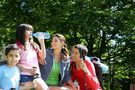sediento: Retrato de familia activa en un d�a de senderismo