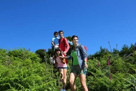 going down: Familia en un d�a de excursi�n a ir cuesta abajo Foto de archivo