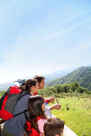 두서없는: 보기를 찾고 산에서 트레킹 날에 가족 스톡 사진