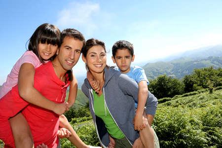 두서없는: 부모와 자연 풍경에 서있는 아이들
