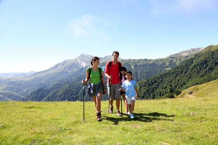 campi�a: Familia en un d�a de senderismo en las monta�as