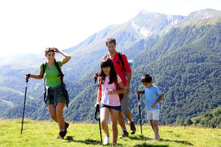 두서없는: 산에서 트레킹 날에 가족 스톡 사진