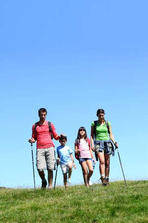 두서없는: 화창한 날에 산에서 하이킹 가족 4