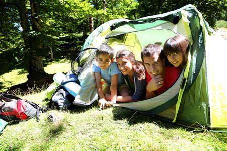 acampar: Retrato de la familia por la que se en la tienda de campamento