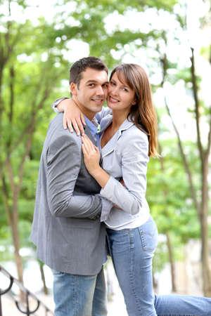 Verliefd paar omarmen elkaar in het openbaar trappen