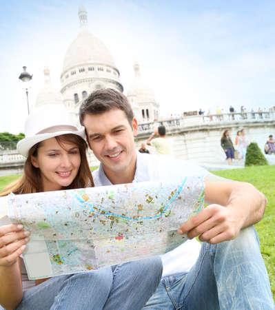 montmartre: Couple � Paris assis en face de la Basilique du Sacr�-C?ur