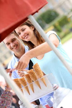 eating ice cream: Coppia nel parco mangiare coni gelato Archivio Fotografico