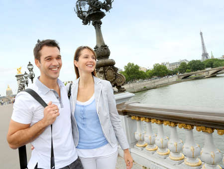 Pareja en París caminando sobre el puente Alejandro III el
