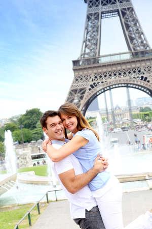 couple enlac�: Romantic couple embrassant devant la tour Eiffel