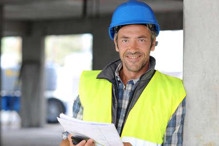 obreros trabajando: Construcci�n sonrientes gerente en el sitio de construcci�n