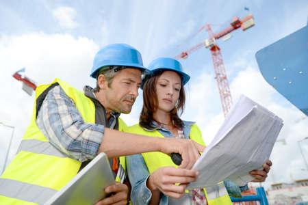 supervisores: Construcci�n y gerente ingeniero que trabaja en el sitio de construcci�n Foto de archivo