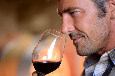 weinverkostung: Closeup auf Winzer riechenden Rotwein im Glas