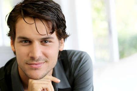 jeune mec: Portrait de jeune homme beau avec chemise noire
