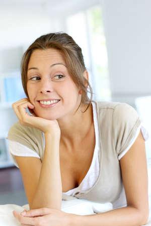 interrogativa: Retrato de mujer joven con mirada interrogativa