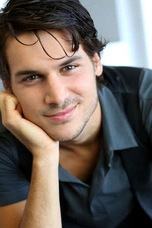 jovenes: Retrato de hombre joven y guapo con camisa negra
