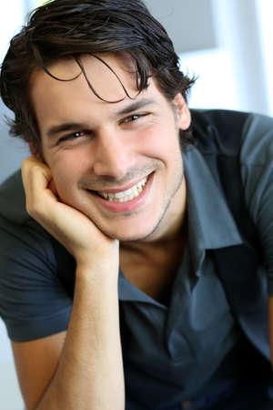 jeune mec: Portrait de beau jeune homme avec une chemise noire