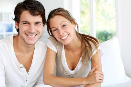 pareja en casa: Retrato de la sonrisa joven pareja en su casa