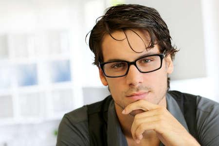 bel homme: Portrait de jeune homme beau avec des lunettes Banque d'images