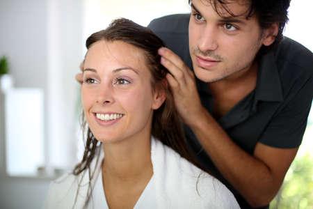 mann mit langen haaren: Portrait der Frau beim Friseur