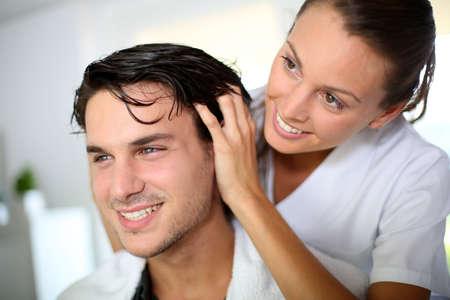 coupe de cheveux homme: Coiffeur faisant massage de la t�te � la client�le